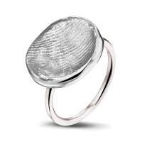 Zilveren vingerafdruk aan smalle ring in zilver of goud