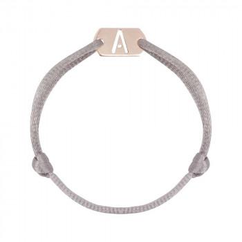 gouden-tag-initial-armband-satijn_jf-tag-armband-initial-satijn_justfranky-1005_memento-aan-jo