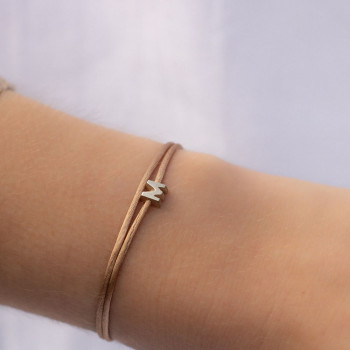 gouden-letter-capital-n-armband-satijn_jf-capital-letter-collier-n_justfranky-1096